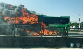 Hành khách hãi hùng chứng kiến xe khách đang chạy bất ngờ bốc cháy ngùn ngụt trên QL1A