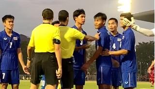 Cầu thủ Thái Lan quát trọng tài câu gì khi Việt Nam được đá lại phạt đền?