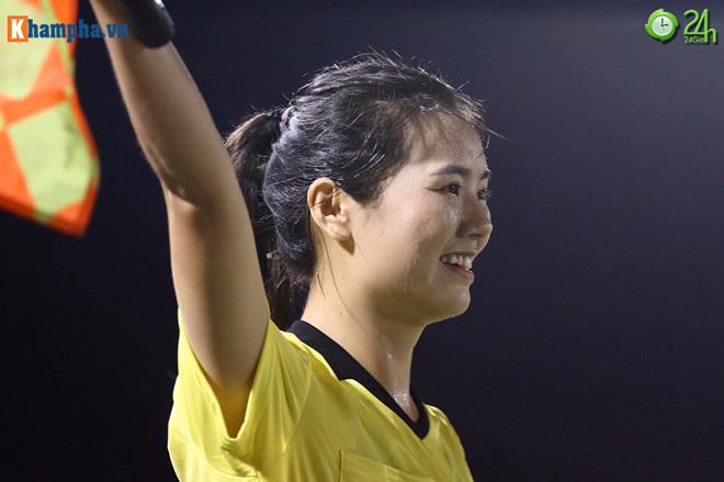 Nữ trọng tài xinh đẹp sau trận Việt Nam Philippines2
