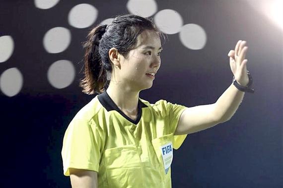 Nữ trọng tài xinh đẹp sau trận Việt Nam Philippines3