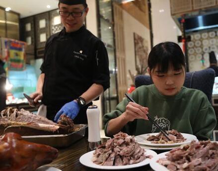 Loạt nhà hàng buffet sợ hãi, cho cô gái ăn 6 cân thịt, 15 cân hải sản vào danh sách đen