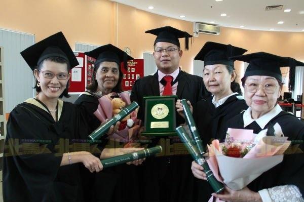 76 tuổi tốt nghiệp đại học