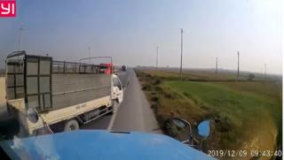 Clip: Xe tải sang đường kiểu tự sát, container phanh cháy lốp để tránh