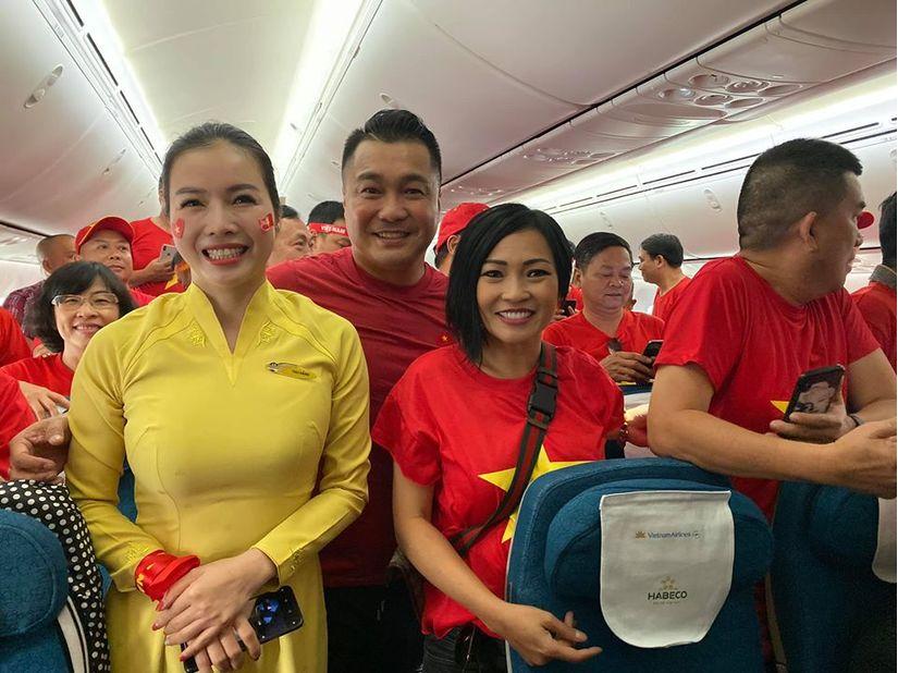 Lý Hùng, Phương Thanh mặc áo cờ đỏ sao vàng sang Philippines cổ vũ U22 Việt Nam