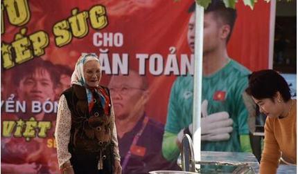 Bà nội của thủ môn Văn Toản: 'Thấy cháu trưởng thành qua từng trận, tôi rất tự hào'