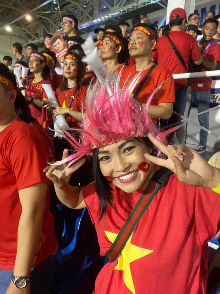 Phương Thanh và hàng trăm cổ động viên VN phải ngủ lại sân bay Philippines