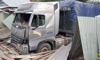 Danh tính tài xế container đâm sập nhà dân, 2 vợ chồng nằm gọn trong gầm