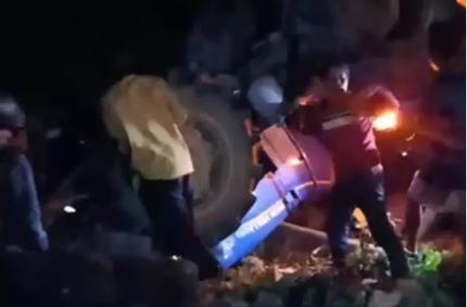 Máy cày 'đi bão' sau trận U22 Việt Nam bị lật đè bé gái tử vong