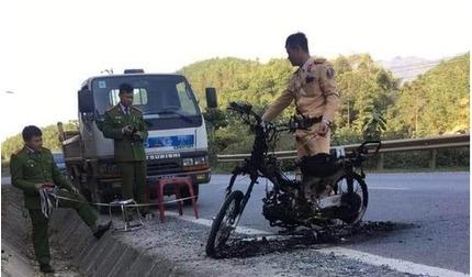 Bị CSGT kiểm tra, thanh niên châm lửa đốt luôn xe máy