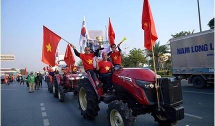 CĐV nhuộm đỏ sân bay Nội Bài, háo hức chờ máy bay chở đoàn thể thao hạ cánh