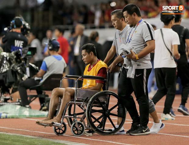 Chấn thương nhẹ bất ngờ của sao Indonesia phải ngồi xe lăn sau va chạm với Văn Hậu
