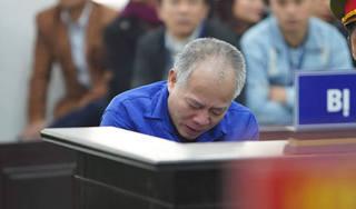 Bị cáo truy sát cả nhà em trai ở Hà Nội bật khóc, ngã quỵ tại tòa