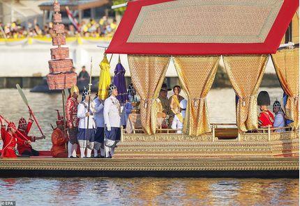 Vua Thái Lan ngồi thuyền vàng trên sông, quý phi bị thất sủng 'biến mất'