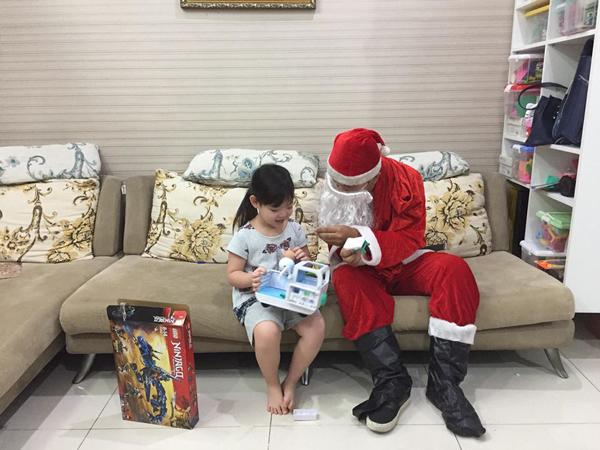 'Ông già Noel' gặp phải khó khăn gì khi đi trao quà?
