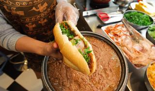 """Thịt lợn đạt 'đỉnh' 300 nghìn đồng/kg: 'Chiếc bánh mỳ ngày càng teo tóp"""""""