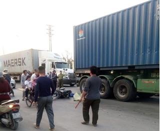 Ông đón đi học về thì va chạm với container, hai cháu nhỏ tử vong thương tâm