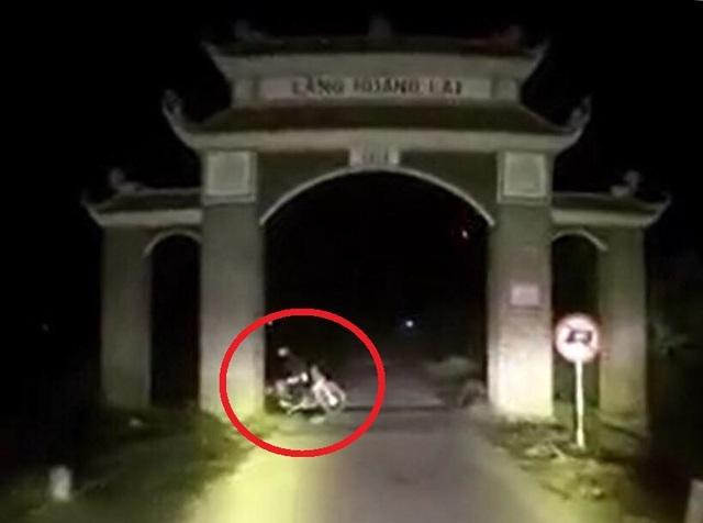 Hai thanh niên nghi dàn cảnh tai nạn để cướp tài sản của tài xế xe cứu thương. Ảnh cắt từ clip.