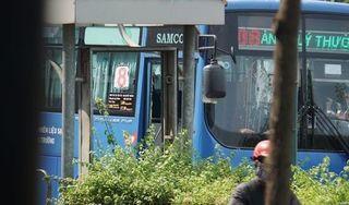 Côn đồ dùng hung khí đập phá xe buýt ở TP HCM