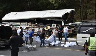 Xe buýt đâm xe tải, 21 người tử vong