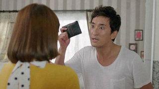 Chồng nổi điên gào thét trước mặt vợ: 'Cô lên giường với hắn để có tiền đưa tôi ư?'