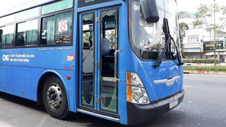 Lộ danh tính kẻ dùng mã tấu đập phá xe buýt ở TP.HCM