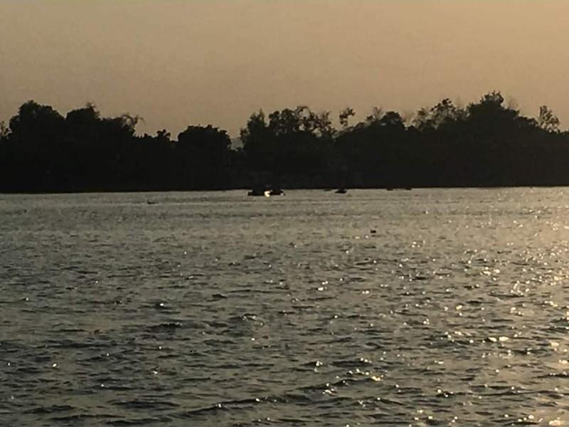 Xe ô tô trượt khỏi phà lao xuống sông làm 1 người tử vong