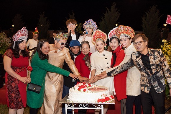 Lý Nhã Kỳ quẩy bên dàn sao Việt đón Giáng sinh