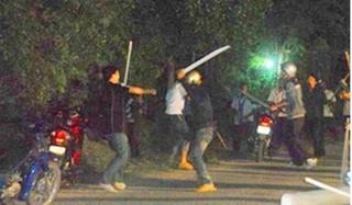 Hai nhóm học sinh hỗn chiến vì bị đèn pha xe máy rọi vào mắt