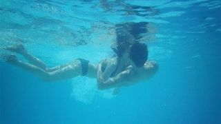 'Yêu' dưới nước rất ngọt ngào nhưng không ngờ tác hại thế này