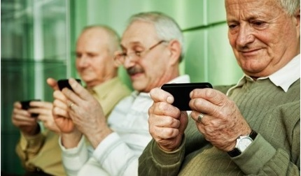 """Người già phụ thuộc vào smartphone: Vì """"nghiện"""" hay cô đơn?"""