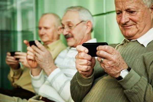 Người già phụ thuộc vào điện thoại vì cô đơn (Ảnh minh họa)
