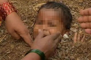 Sốc cảnh cha mẹ chôn sống con em với hi vọng chữa bệnh
