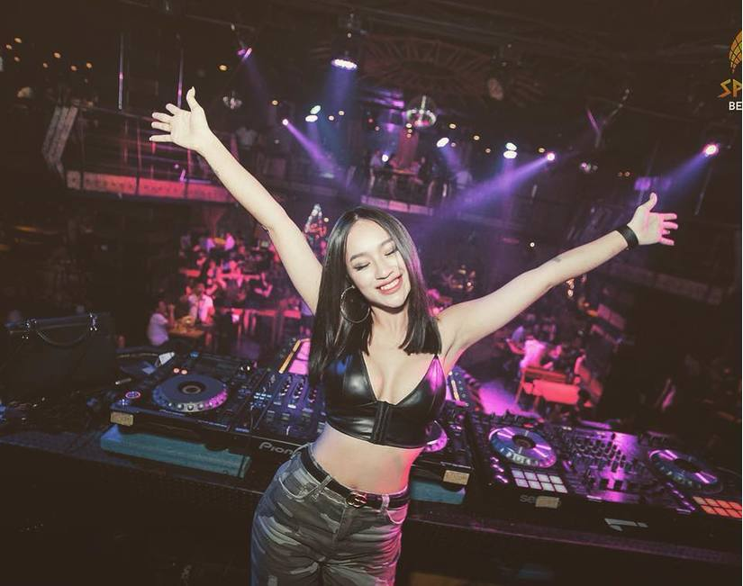 Đêm countdown 2020, các nữ DJ nổi tiếng nóng bỏng thăng hoa ở đâu2