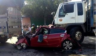 Clip: Kinh hoàng cảnh xe con bị 2 xe tải kẹp bẹp dúm