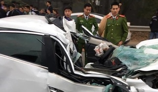 Ô tô Mazda bẹp dúm sau khi tông vào đuôi xe ben, tài xế tử vong trong buồng lái