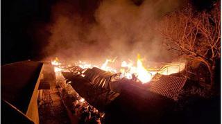 Công nhân hút thuốc lá khiến xưởng bông hàng nghìn m2 cháy rụi