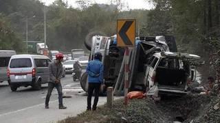 Container nổ lốp tông xe khách khiến 7 người bị thương nặng
