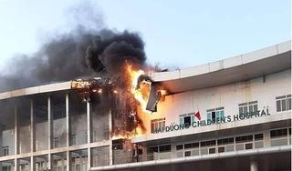 Cháy lớn tại Bệnh Viện Nhi Hải Dương, nhiều người ôm con nhỏ tháo chạy