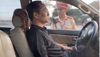 Tài xế cố thủ 3 tiếng trong xe, liên tục uống nước khi bị kiểm tra nồng độ cồn