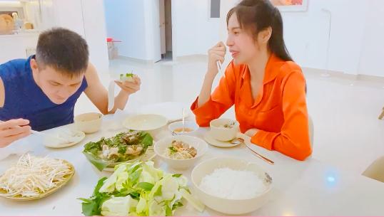 Bị nói nấu ăn không hợp vệ sinh cho Công Vinh, Thủy Tiên hài hước đáp trả