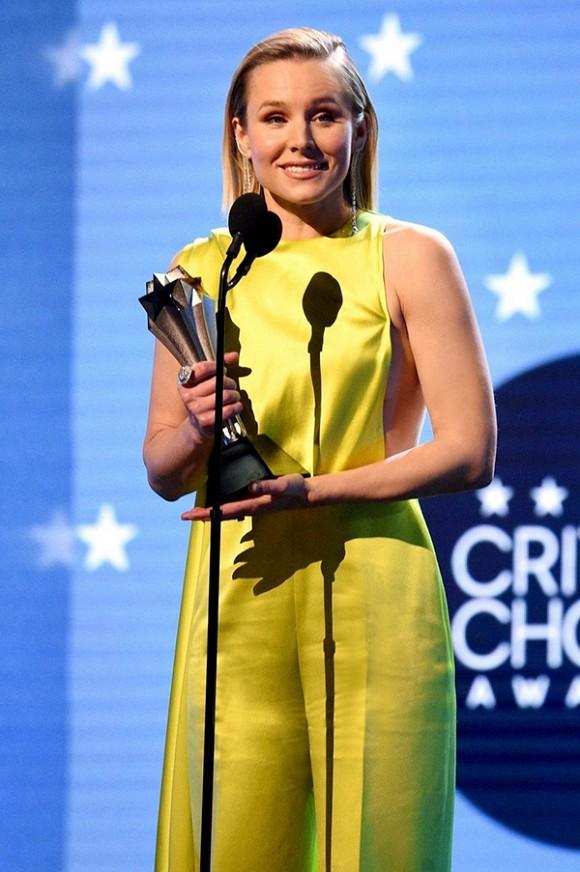 Kristen Bell diện trang phục của Công Trí tại Critic's Choice Awards