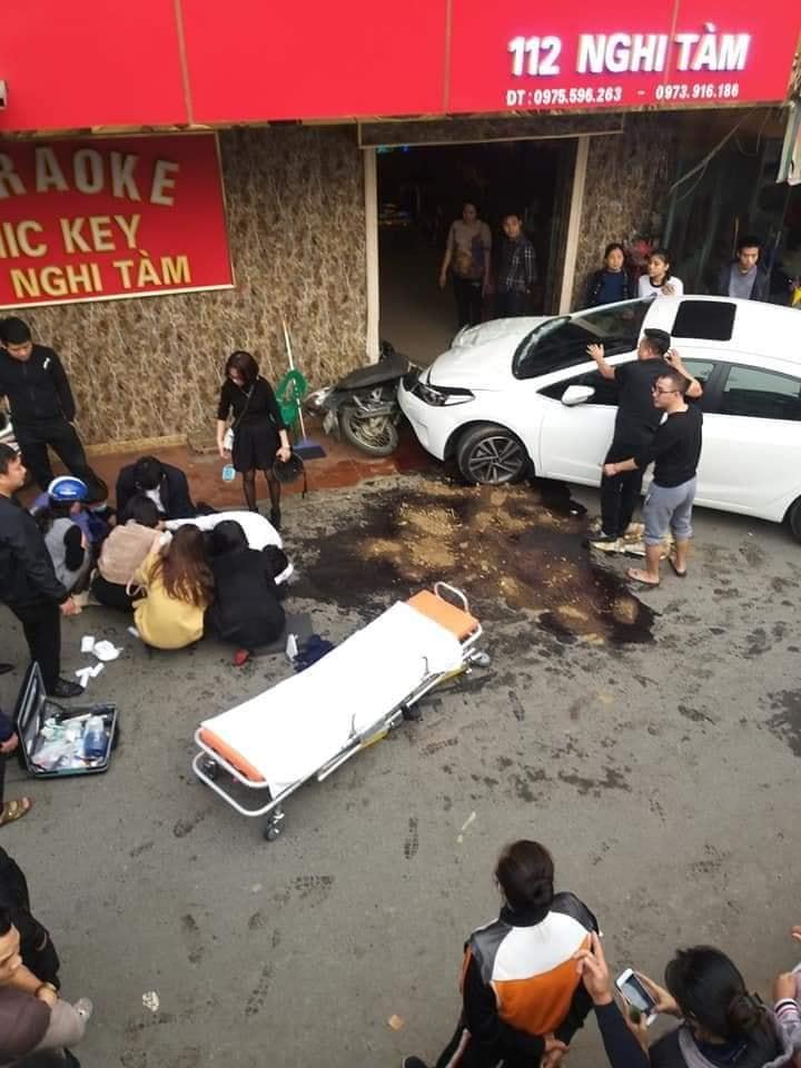 Hà Nội: Nghi án tài xế ô tô say rượu tông xe máy khiến 1 người bất tỉnh