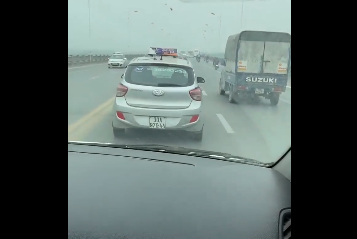 CLIP: Mặc xe cấp cứu hú còi inh ỏi, tài xế taxi vẫn không nhường đường