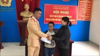 CSGT Hà Nội giúp bé trai 8 tuổi đi lạc tìm về nhà