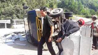Quảng Nam: Xe tải bị lật khi đổ dốc khiến 2 người tử vong