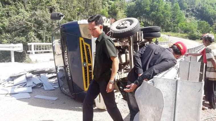Quảng Nam: Xe tải đổ dốc mất phanh rồi lật khiến 2 người tử vong