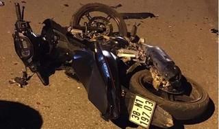 Hai xe máy nát vụn sau cú đấu đầu cực mạnh, 5 người thương vong