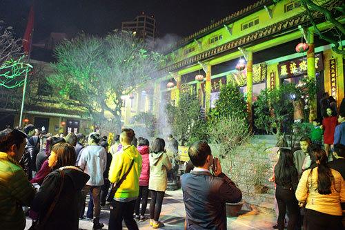 Sau khi cúng Giao thừa ở nhà xong, người ta kéo nhau đi lễ các đình, chùa, miếu, điện