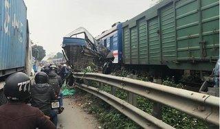 Băng qua đường sắt, xe tải bị tàu hỏa đâm nát bét, tài xế nguy kịch