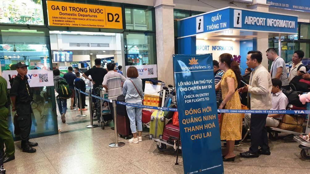 Nghìn người chen chân ở sân bay Tân Sơn Nhất ngày 24 Tết